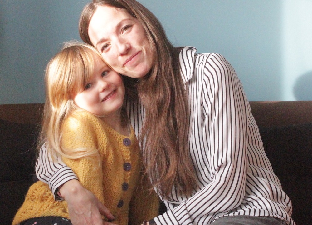 Psykolog Anne smiler med sin datter