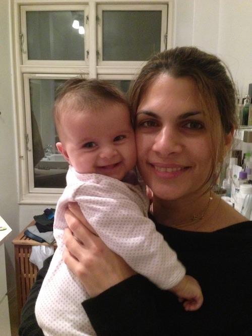 Azadeh med smilende baby
