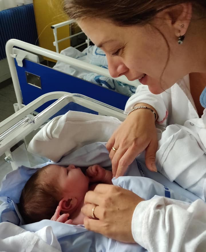 Salina med datter på hospitalet efter kejsersnit