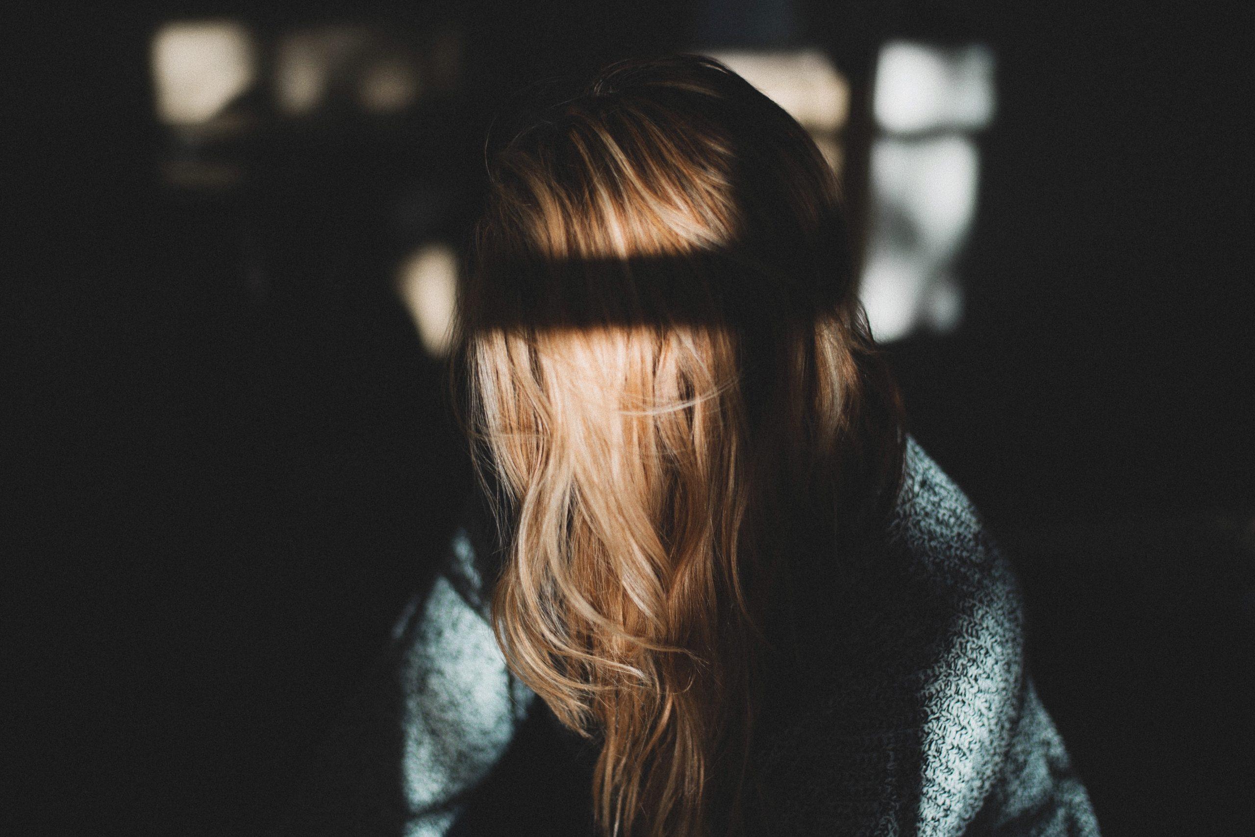 Kvinde skjuler ansigt bag håret