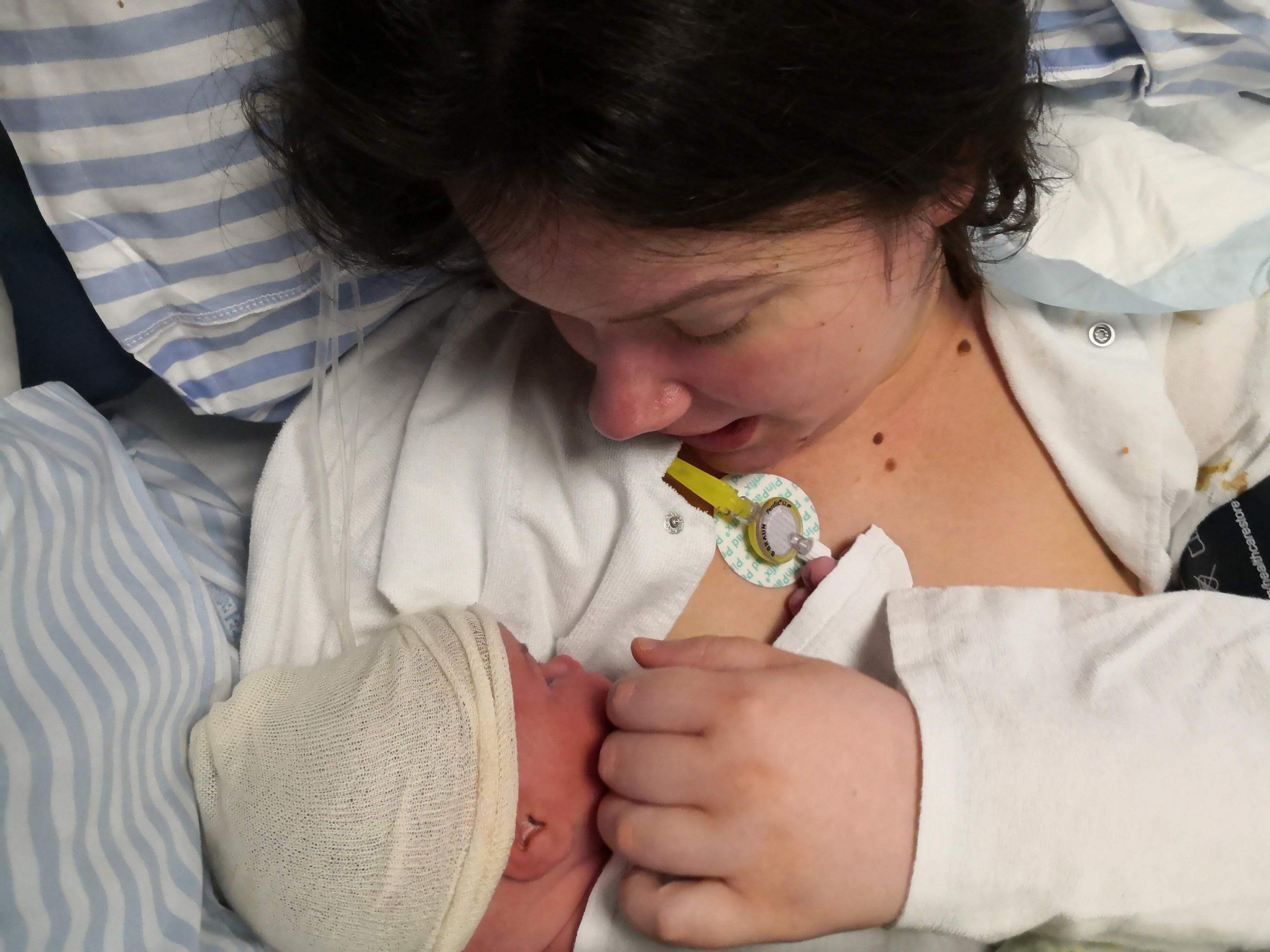 Line med sin nyfødte datter på hospitalet