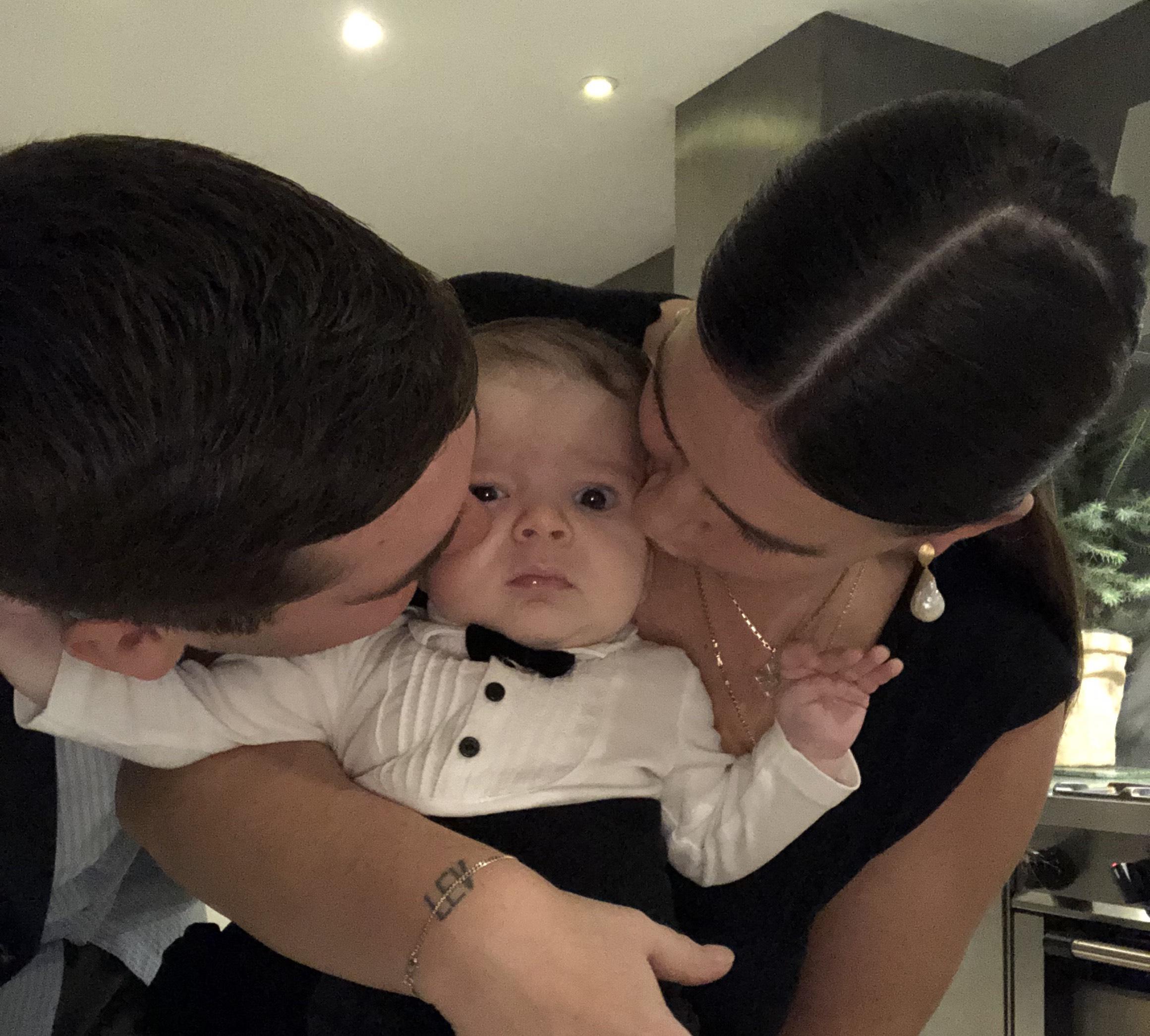 Tine og mand kysser baby fin i tøjet